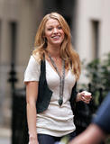 th_07229_Blake_Lively_on_the_set_of_Gossip_Girl-010_122_117lo.jpg